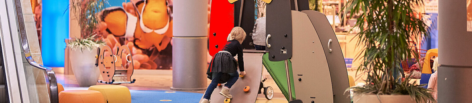 Kind klettert auf Indoor Spielplatz im NOVA